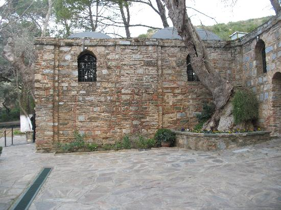 Meryemana (The Virgin Mary's House): Vista da casa por fora lateral