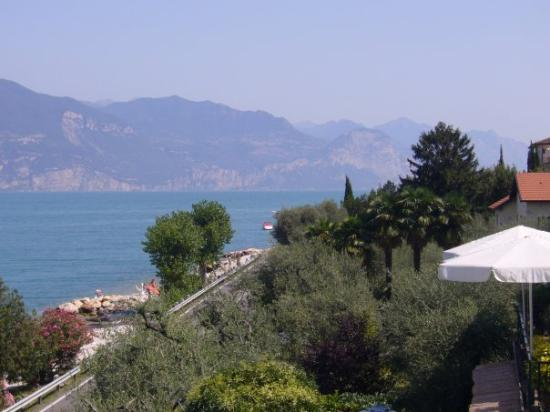 Hotel delle Rose: Gardajärvellä Torri del Benacossa. Näkymä hotellin parvekkeelta.