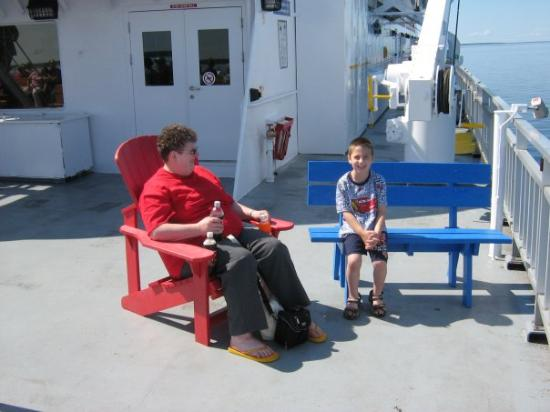 คิทเชนเนอร์, แคนาดา: Grandma and Alex enjoying the boat ride.   mommy was taking pictures around the ship