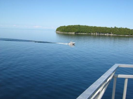 Kitchener, Kanada: a pleasure boat off an island