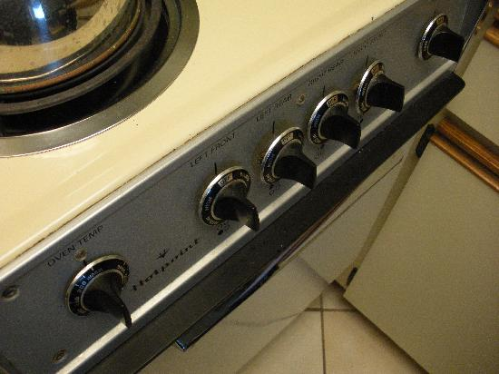 Islander Beach Resort: Look at the skewed and loose dial on the Oven