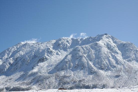 Mikurigaike Pond: 白銀の立山連峰。晴天の中、美しいです。