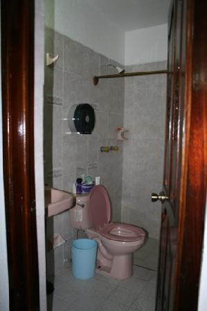 Bungalows Laguna Del Tule: Basic bathroom in the old section