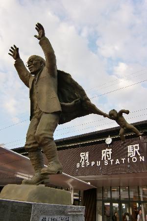 Beppu Onsen: 油屋熊八翁の銅像
