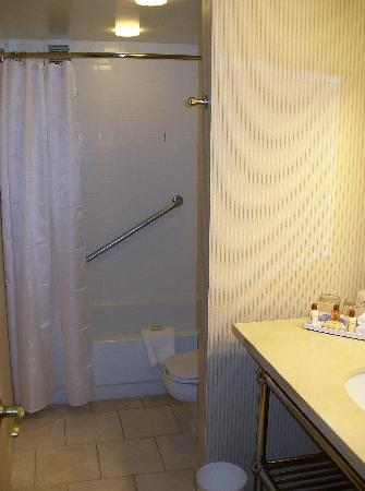 Sheraton Suites Market Center: bathroom with pocket door to bedroom