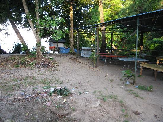 Anjungan Beach Resort: Path through rubbished stall to beach