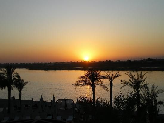 Hilton Luxor Resort & Spa: Sunset over the Nile - View from Room