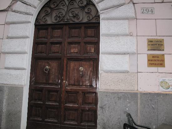 """Hotel Foro Romano Imperatori: """"Entrada"""" del supuesto """"hotel"""". Ocupa dos medios pisos de un edifio comercial."""