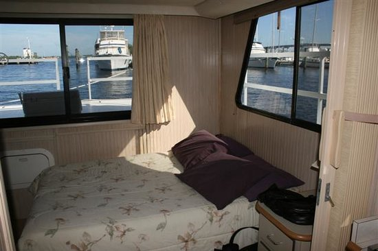 Cabbage Key Inn: Bedroom in the Houseboat