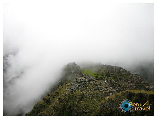 Cuzco, Perú: Machu Picchu entre la neblina