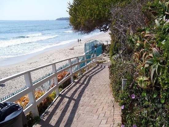Laguna Riviera Beach Resort: walkway to beach