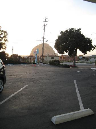 Morro Bay Beach Inn: View of the Rock from the Car Park