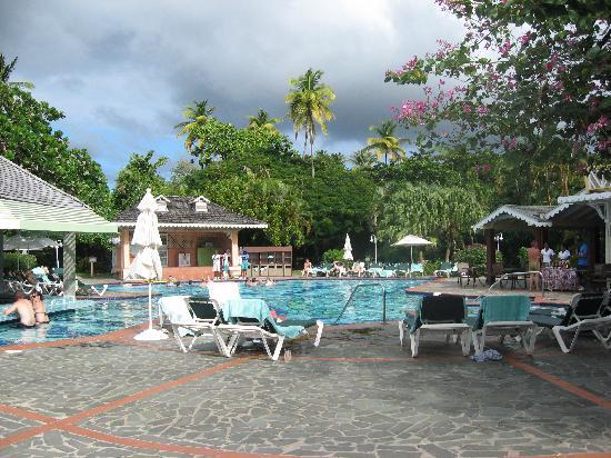 Sandals Halcyon Beach Resort : une des piscines