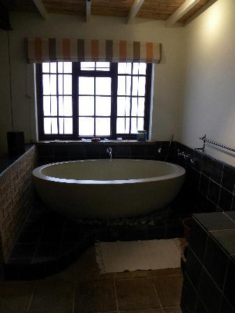 The Beautiful South Guest House: Incredibly large bathtub!