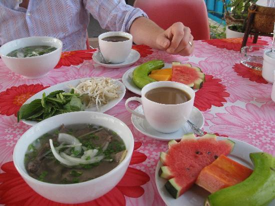 Elegant Inn: Pho and fruits for breakfast