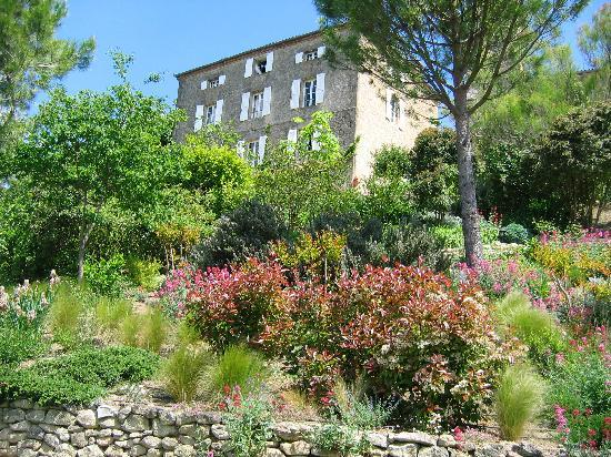Cuq en Terrasses: the hotel from the garden/vue du jardin
