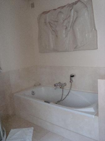 La Villa Paris: We loved the bathroom!