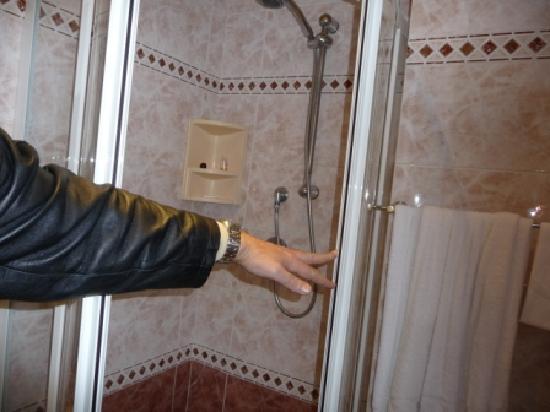Ducha con jaboneras sucias y losas rotas picture of for Jaboneras para ducha