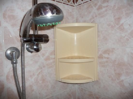 Ducha con jaboneras sucias y losas rotas fotograf a de for Jaboneras para ducha
