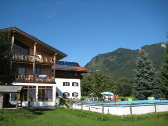 Marquartstein, Alemania: vorne links: Hütte, vorne rechts: Pool, hinten links: gemütliches Haus, hinten rechts: Berge -->