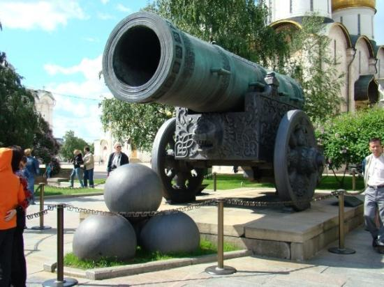 Zarenkanone und Zarenglocke: The Tsar Cannon is the world largest, weighing 40 ton.  It was designed to defend the Saviour G