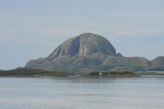 Bronnoysund, Norwegen: Torghatten i morgen sol