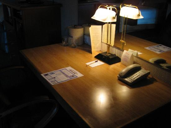 Riverhouse on the Deschutes: The desk - very dark