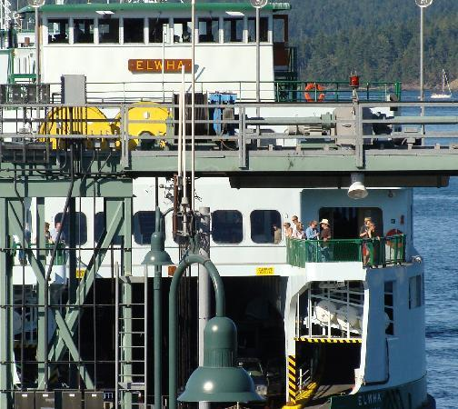 Ferry Landing Suites: Ferry pulls up to second floor window
