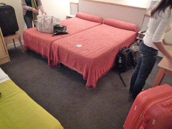 Hotel Des Boulevards : basic but spacious room