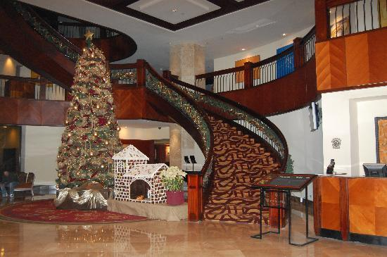 Real InterContinental Guatemala: The lobby decorated during Christmas