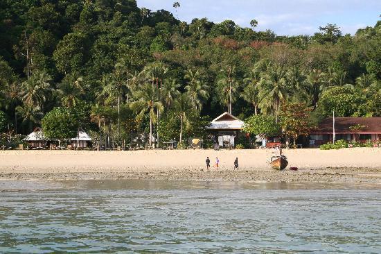 Koh Ngai Thanya Beach Resort : Thanya Resort from the sea