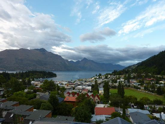 Heritage Heights Holiday Apartments: View of Queenstown from our balcony and windows.