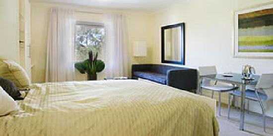 Pennant Hills Waldorf Apartment Hotel: modern bedroom