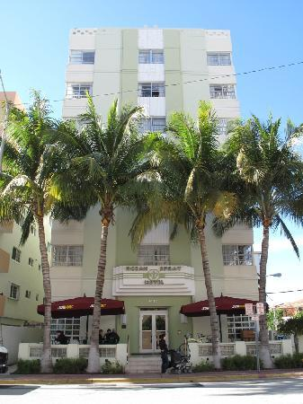 Ocean Spray Hotel: Hotel view from across the street