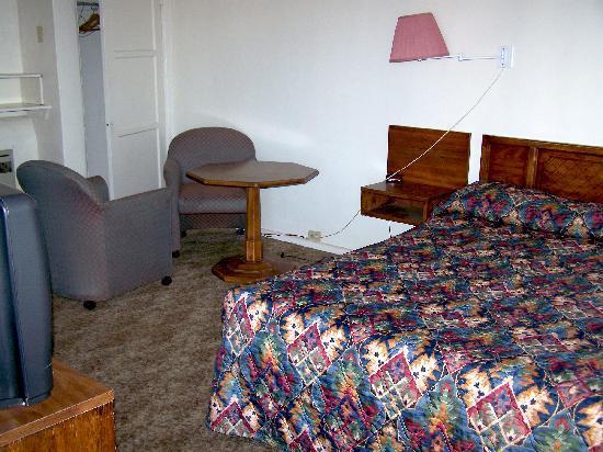 Sheffler's Motel : Room with Queen Bed