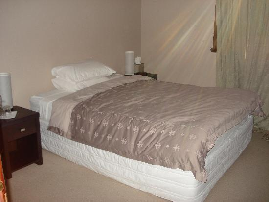 The Bronte Boutique Hotel: The lovely bed.