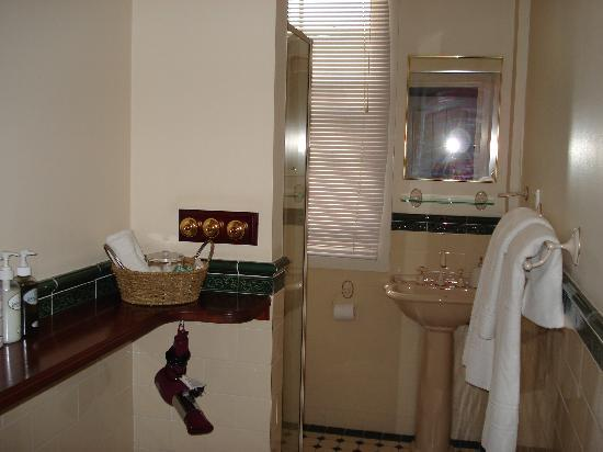 The Bronte Boutique Hotel: The very spacious bathroom! (ensuite)