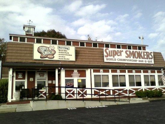 Super Smokers Bar-B-Que Eureka: outside St Lou- Super Smokers