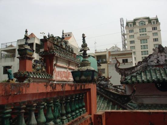 Emperor Jade Pagoda (Chua Ngoc Hoang or Phuoc Hai Tu) : Roof of the Jade Emperor Pagoda