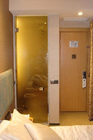Pera Tulip Hotel: Room 1111 (bathroom and entrance)