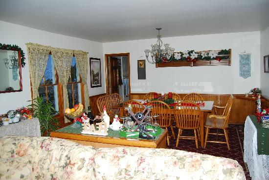 The Perry House Bed & Breakfast: Dining room area