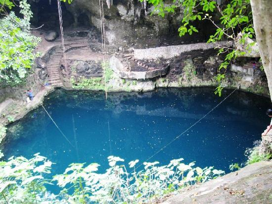 Valladolid, Meksika: The cenote from the trail going down.