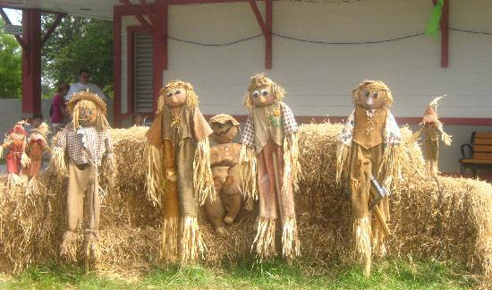 Lakes Regional Park: Scarecrows for Halloween
