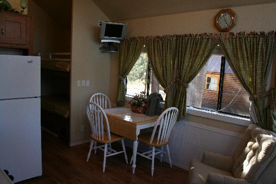 Madison Arm Resort: cottage dinning area