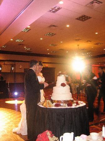 Pittsburgh Marriott North: Wedding cake cutting