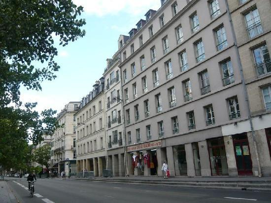 Quai Montebello: The building, on the bank of the Seine river