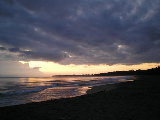 Paradise Island Lodge: Cocles beach in front of La Isla Inn