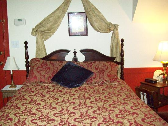 Village Inn Bed and Breakfast: The Rhett room