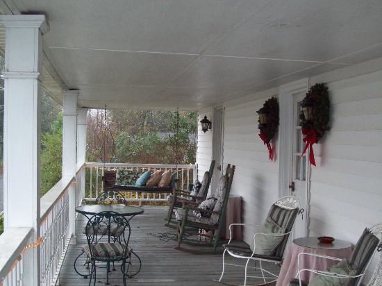 Village Inn Bed and Breakfast: The veranda