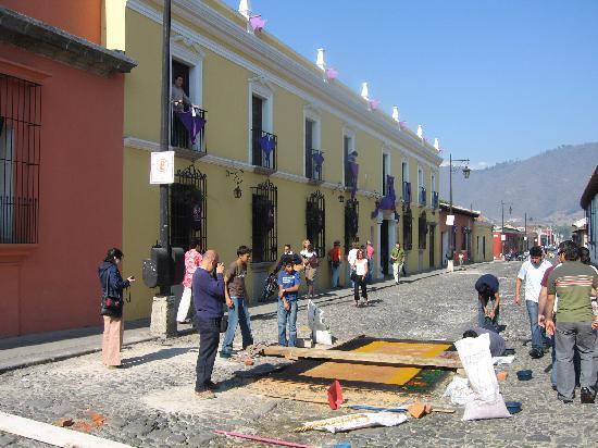 Hotel Posada Del Hermano Pedro: Preparando una alfombra frente a la entrada del hotel
